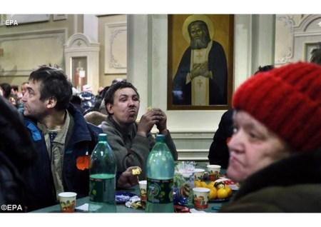 Un pranzo per i poveri in una chiesa