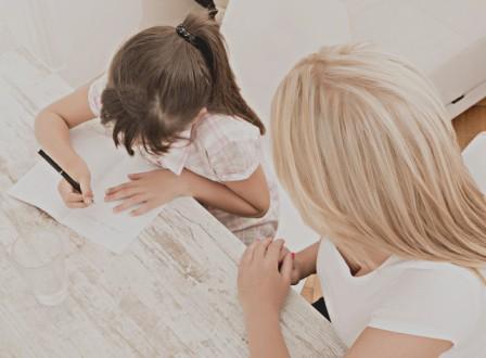 compiti-tema-madre-figlia-shutterstock_218841271