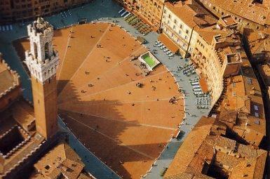 La pianta di piazza del Campo a Siena ha il profilo...