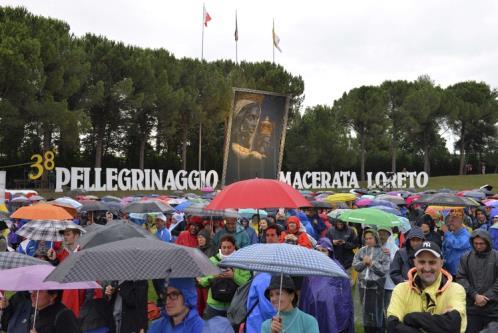"""La """"Grazia del Signore"""" scende con la pioggia sui pellegrini."""