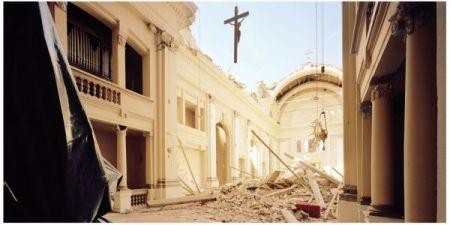 Il crocifisso ancora appeso dopo il crollo della chiesa di Sant'Egidio Abate a Cavezzo, Modena, nel 2012