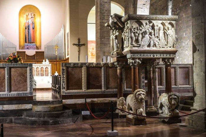 Interno Duomo di Barga. Inizio costruzione anno Mille.